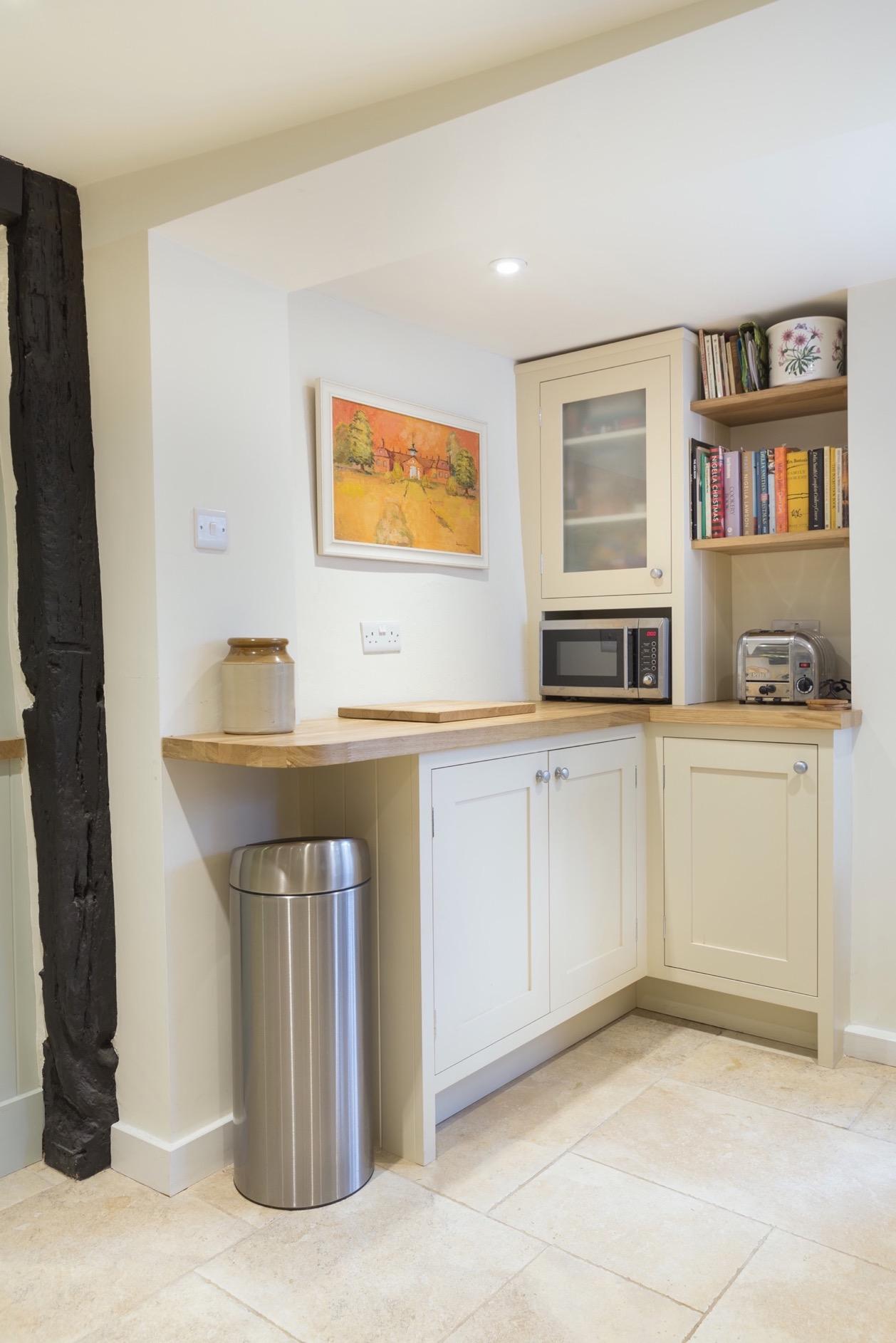 Handpainted worktop dresser with curved oak worktop and glass door amersham buckinhamshire bespoke kitchen inframe 1