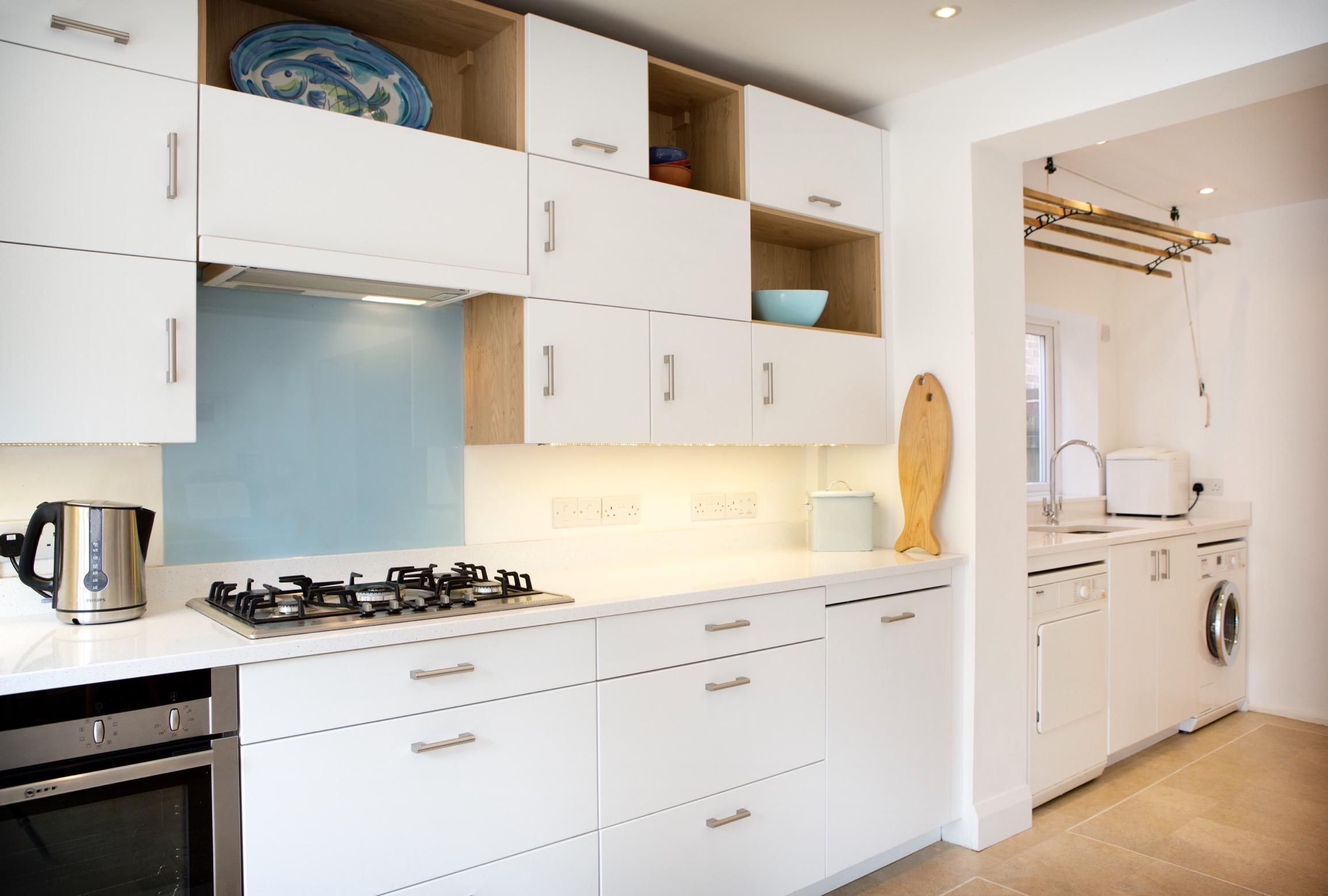 Oxford modular kitchen glass backsplash airer white quartz 1