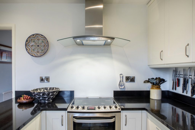 curved glass extractor hood long crendon buckinghamshire 1024x683
