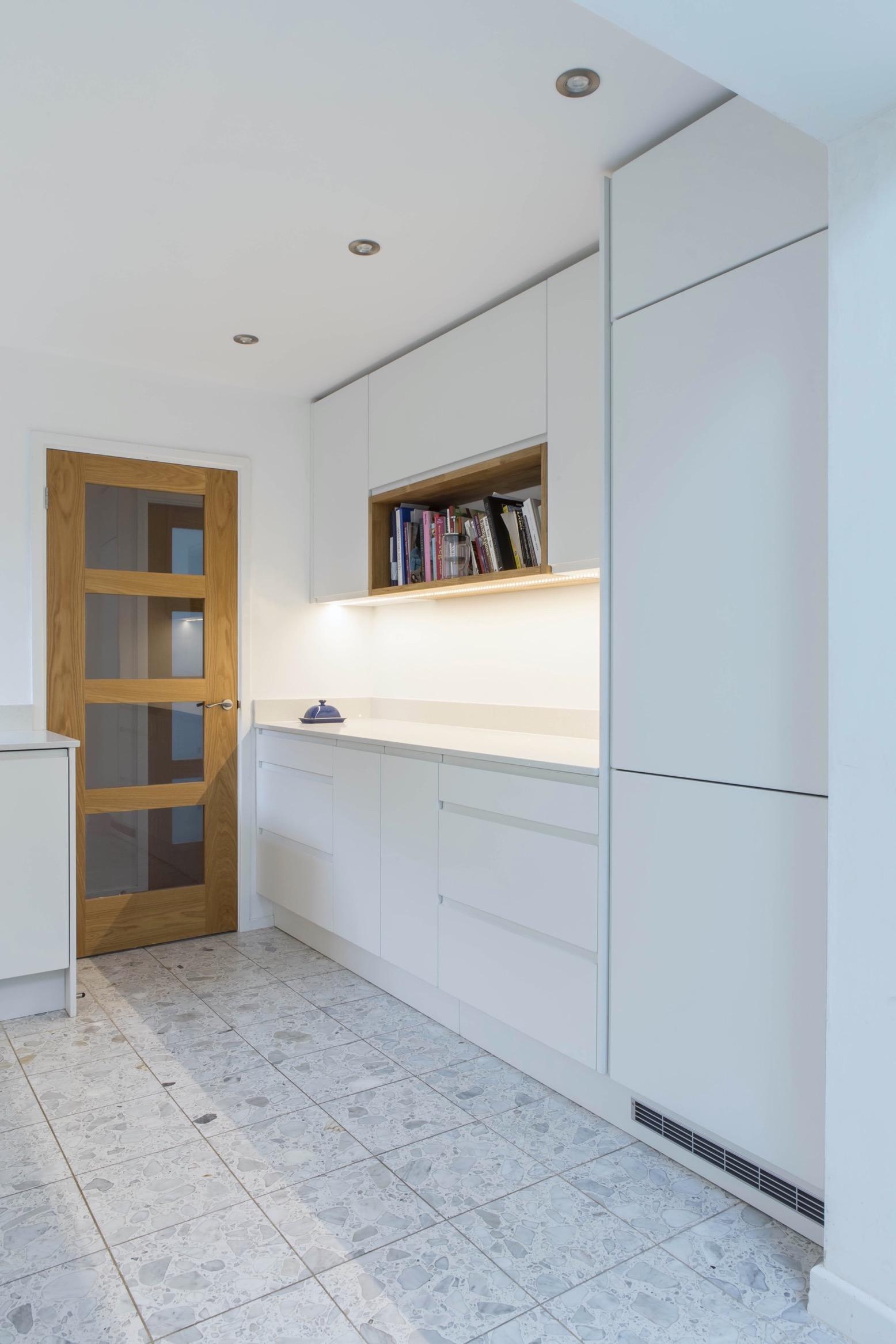 white handleless induction hob under cupboard lights oak box shelf oxford thame bespoke kitchen 1