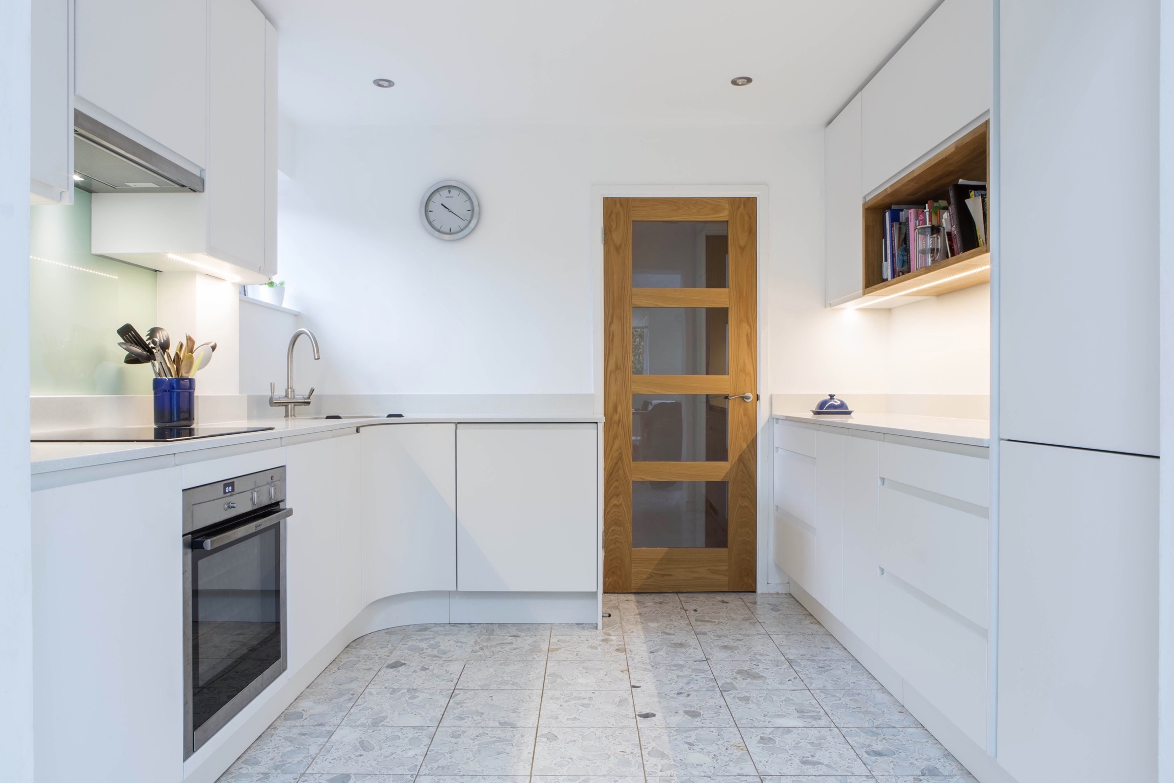 white handleless induction hob under cupboard lights oxford curved door thame bespoke kitchen 2