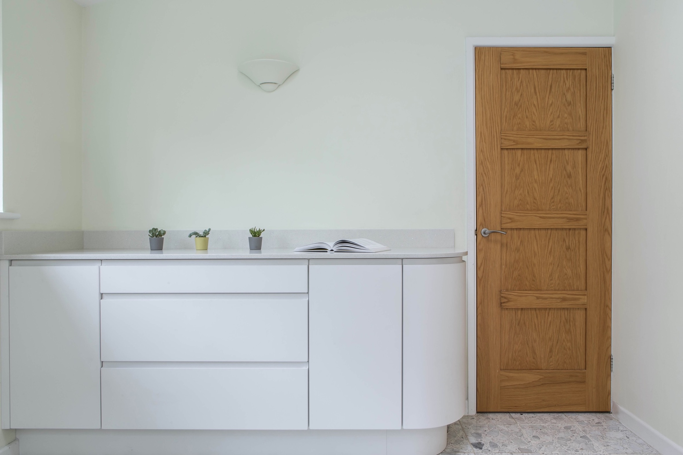 white handleless kitchen curved door thame 2